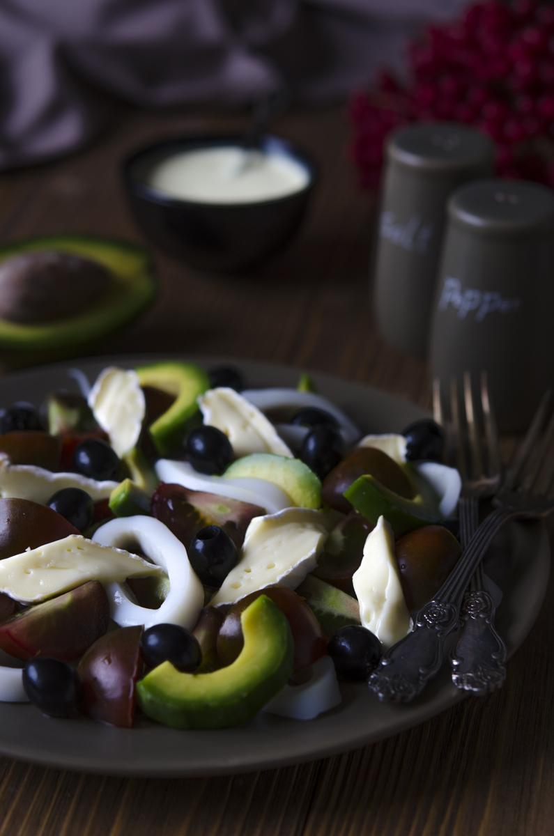Салат с кальмаром, авокадо, помидорами и карри майонезом