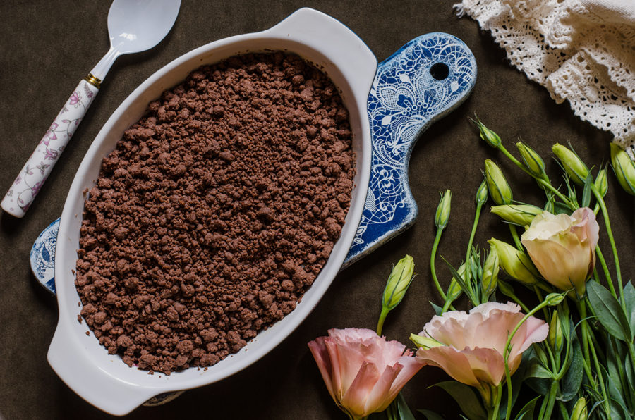 Шоколадный крамбл с грушей и сливами