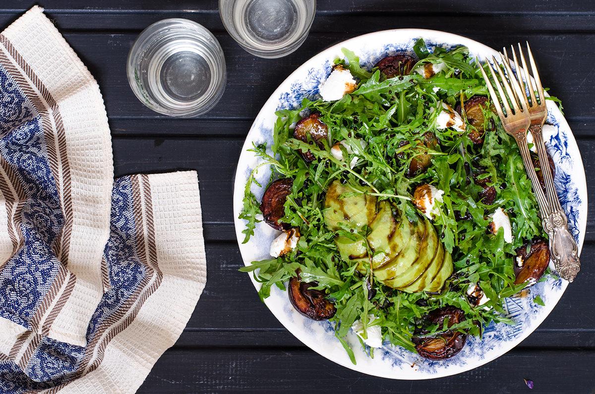 Салат с рукколой, карамелизированными сливами, сыром и авокадо