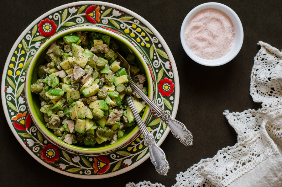 Салат с авокадо печенью трески и корнишонами