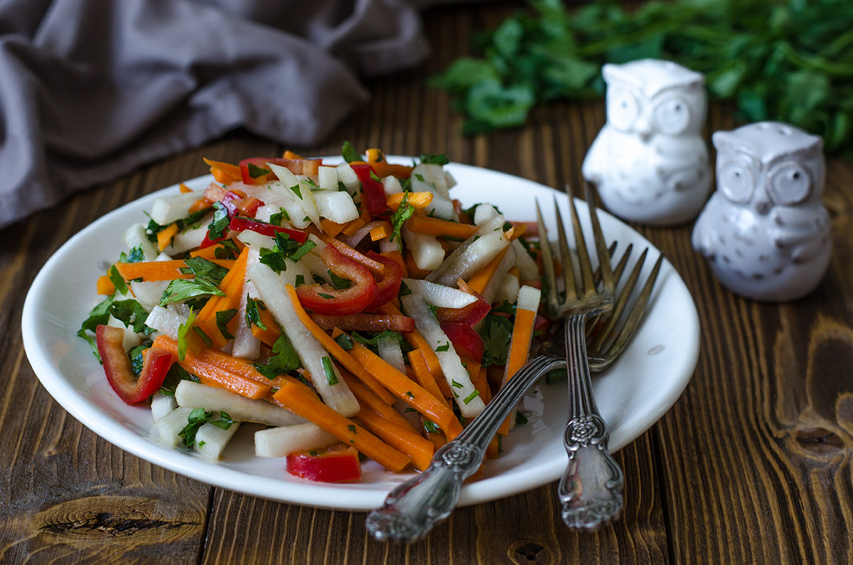 Салат из свежих овощей с соевым соусом