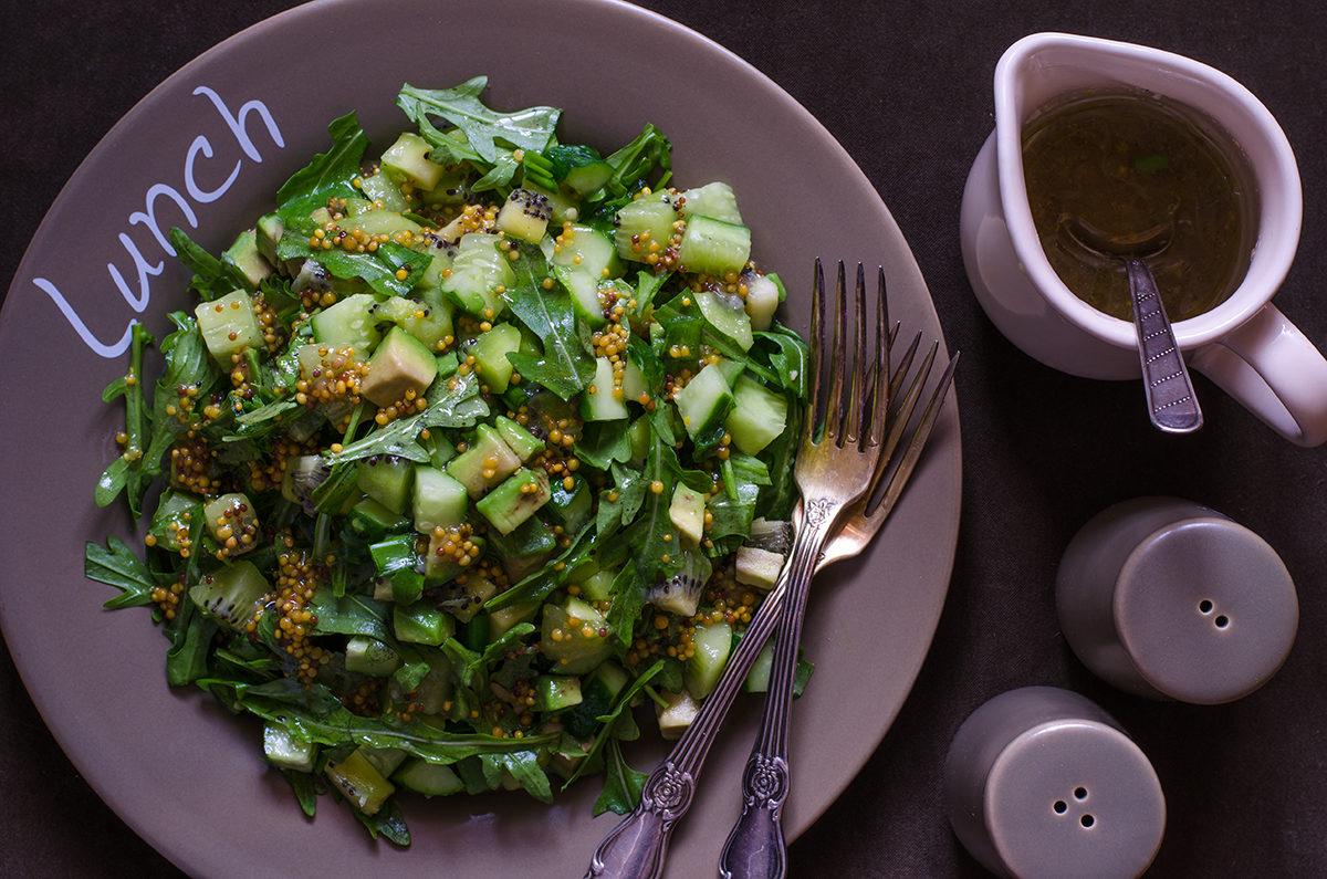 Зеленый салат с огурцом, киви, авокадо и рукколой