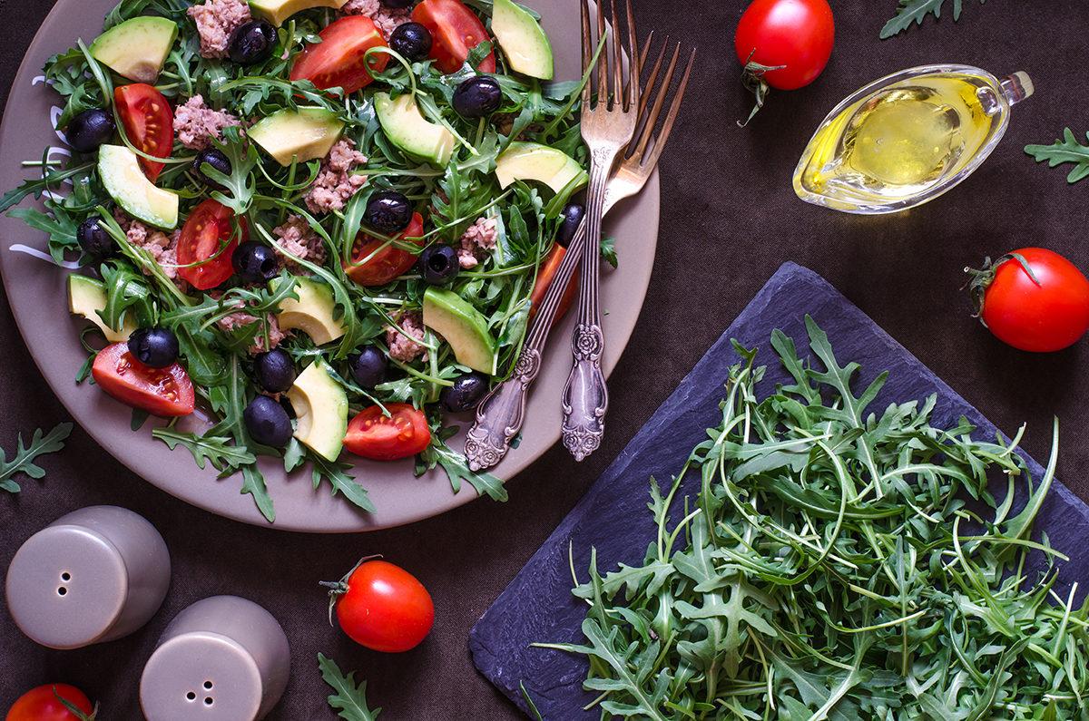 Салат с тунцом авокадо помидорами маслинами и рукколой