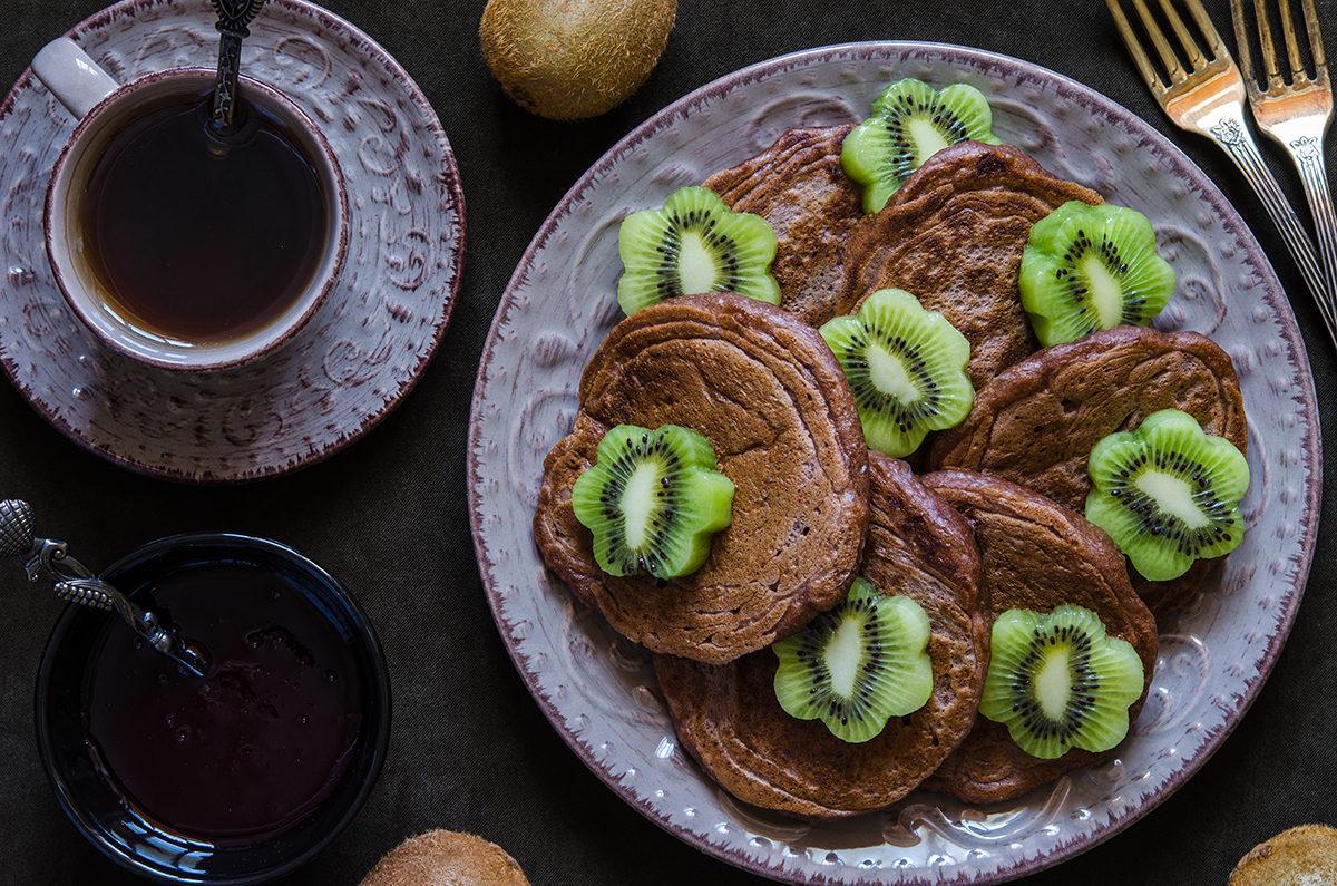 Шоколадные оладушки с вареньем и киви
