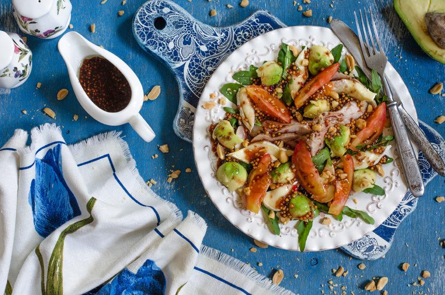 Салат с бри, авокадо, помидорами, филе и горчичной заправкой