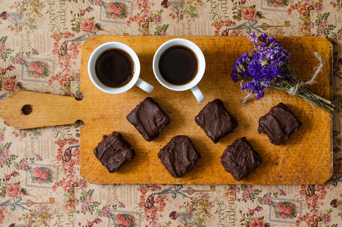 Конфеты с орехами и сухофруктами в шоколаде
