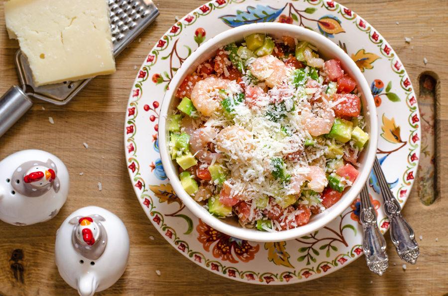 Салат с коктейльными креветками авокадо и сыром