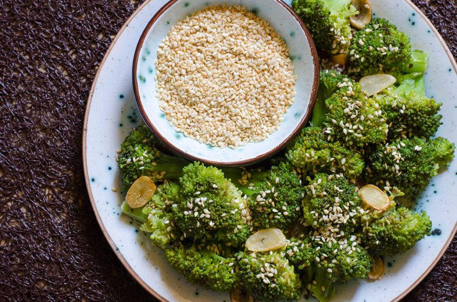 Тёплый салат из брокколи с кунжутом от Джейми Оливера