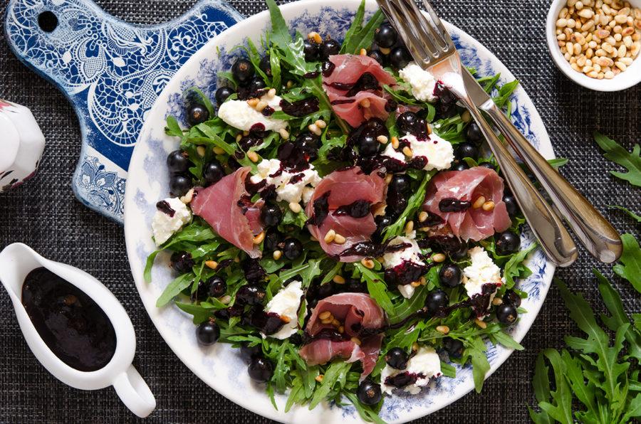 Салат с прошутто, черной смородиной и крем-сыром