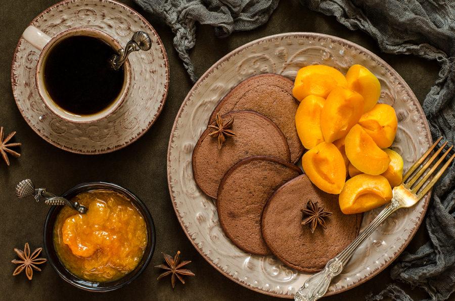 Шоколадные оладьи с абрикосовым вареньем