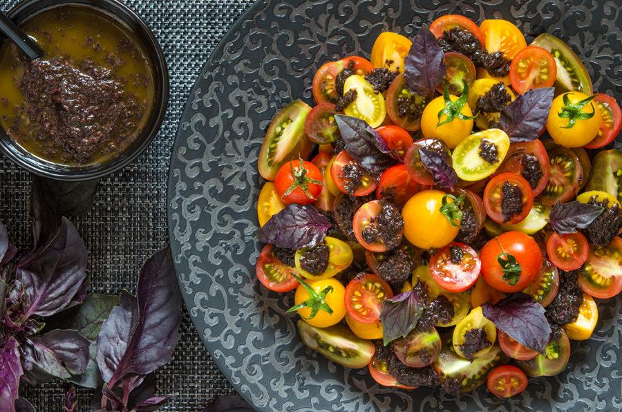 Помидорный салат с базиликовой заправкой от Джейми Оливера
