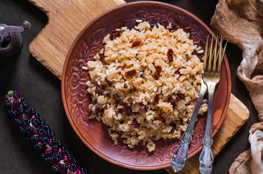 Рис с вялеными помидорами и соевым соусом