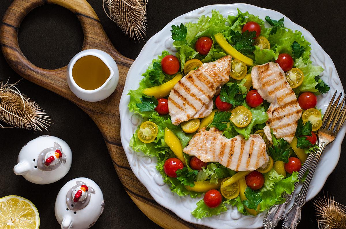 Салат с овощами и сочной куриной грудкой