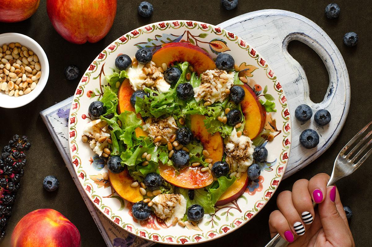 Салат с нектарином, голубикой и моцареллой