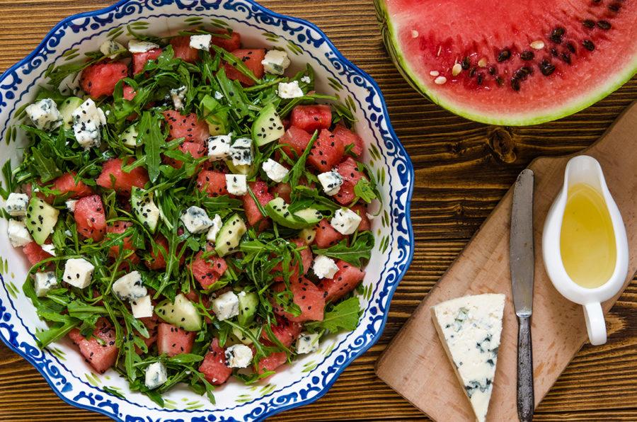 Салат с арбузом, голубым сыром и авокадо