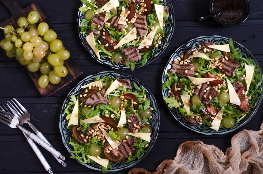 Салат с виноградом, вырезкой и помидорами