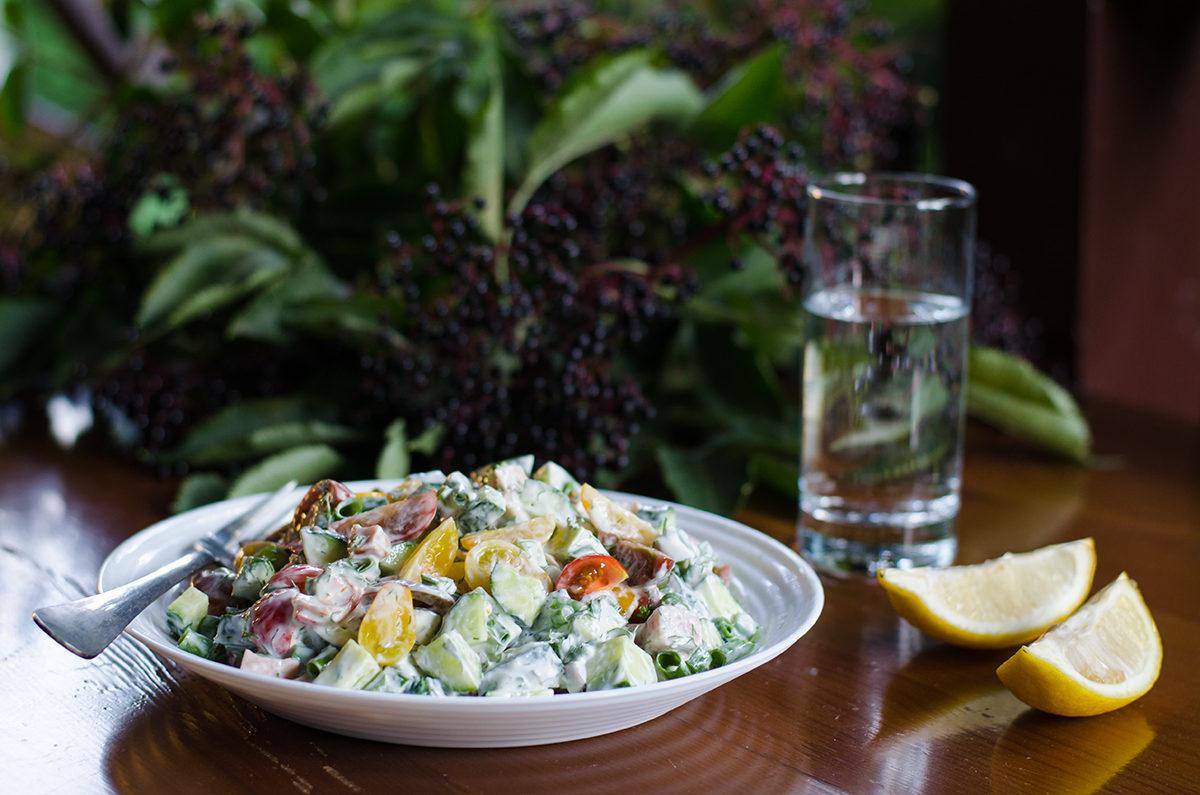 Салат с копченой курицей и свежими овощами