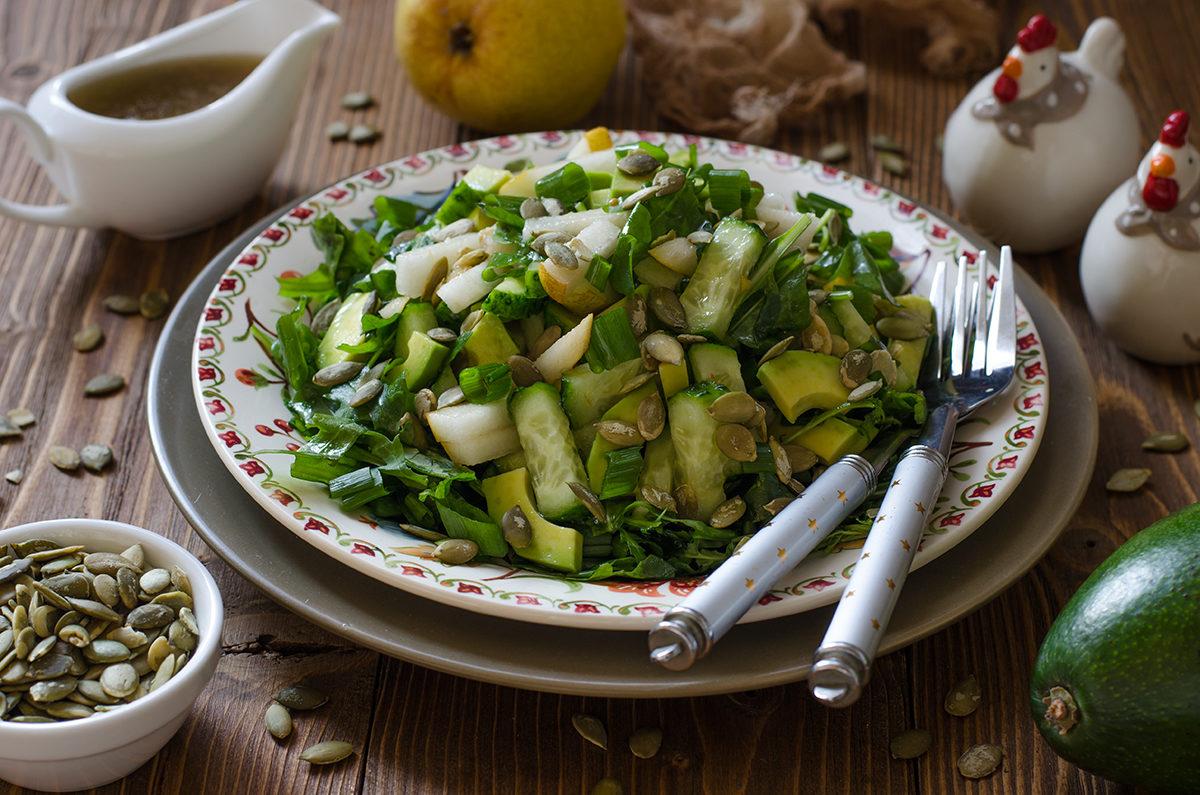 Салат с авокадо, грушей и огурцами