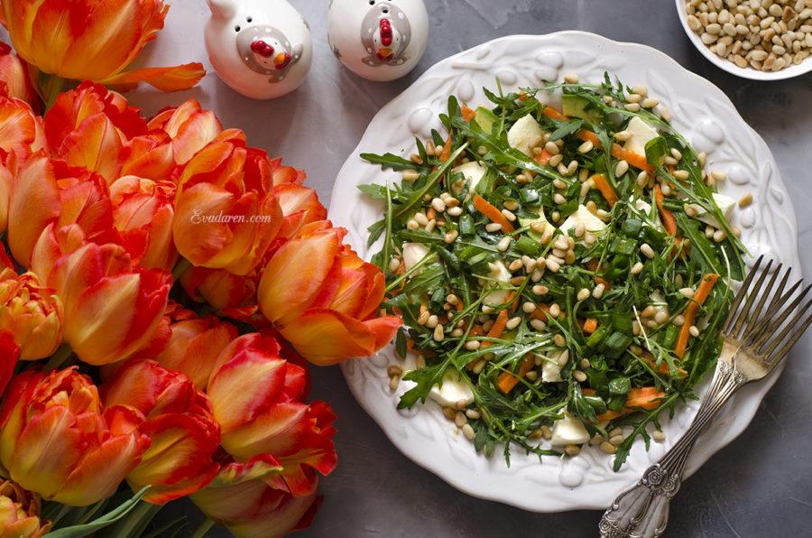 Салат с рукколой моцареллой и кукурузным маслом