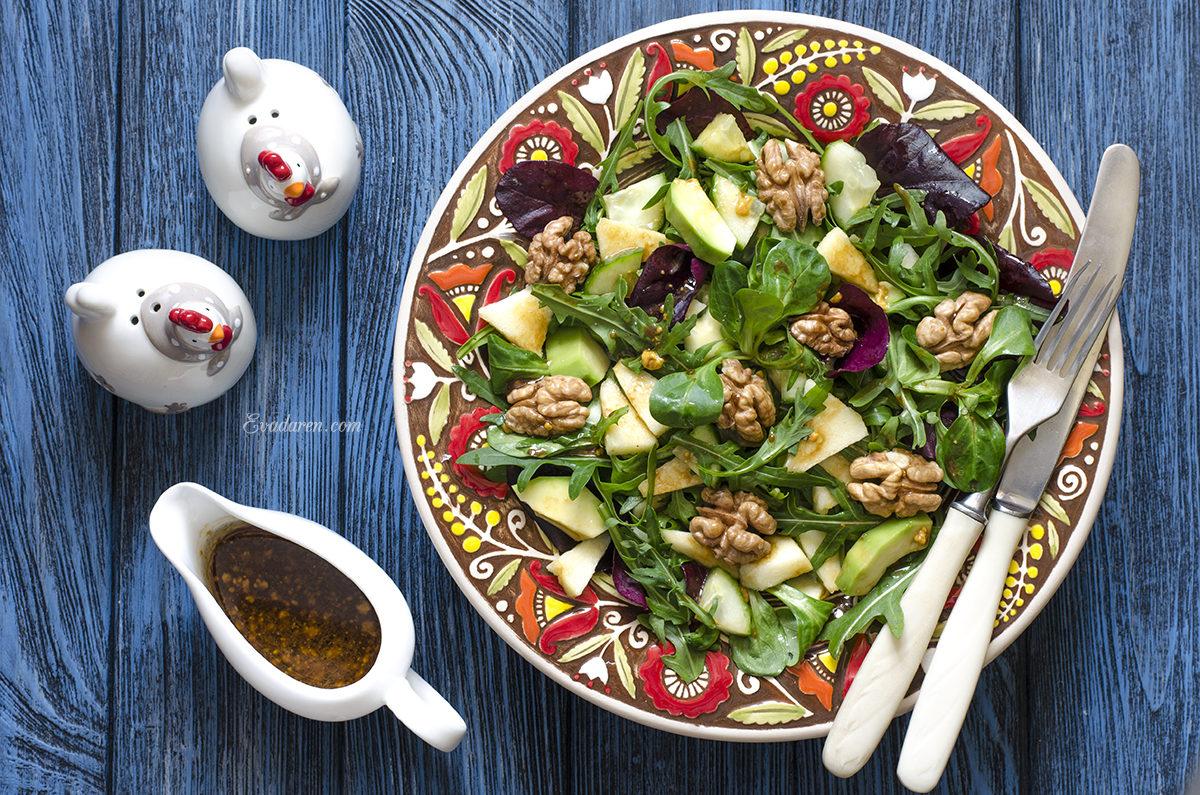 Зелёный салат с авокадо огурцом и яблоком