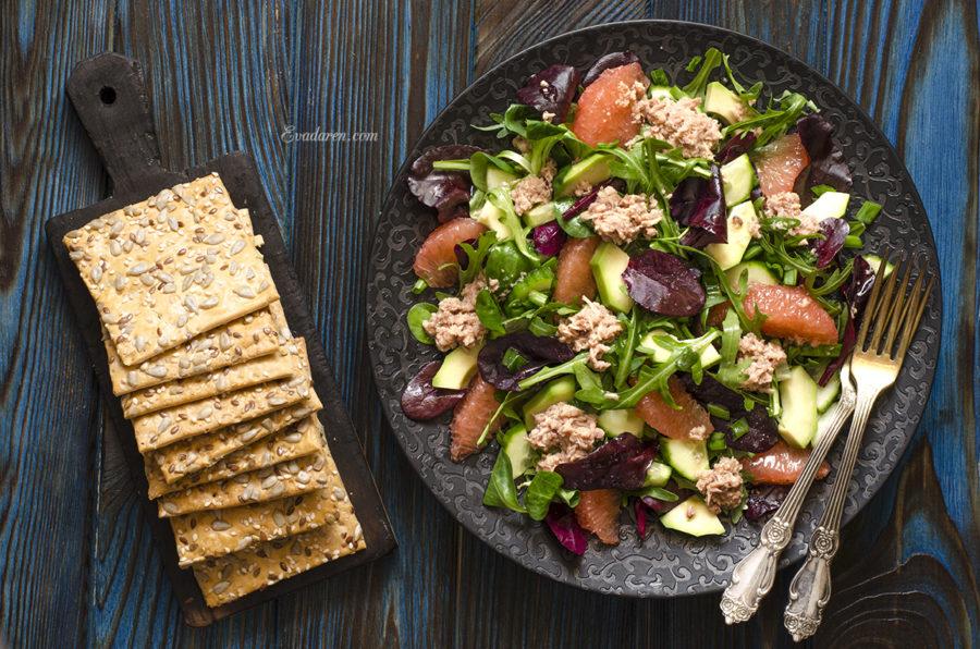 Салат с авокадо тунцом и грейпфрутом