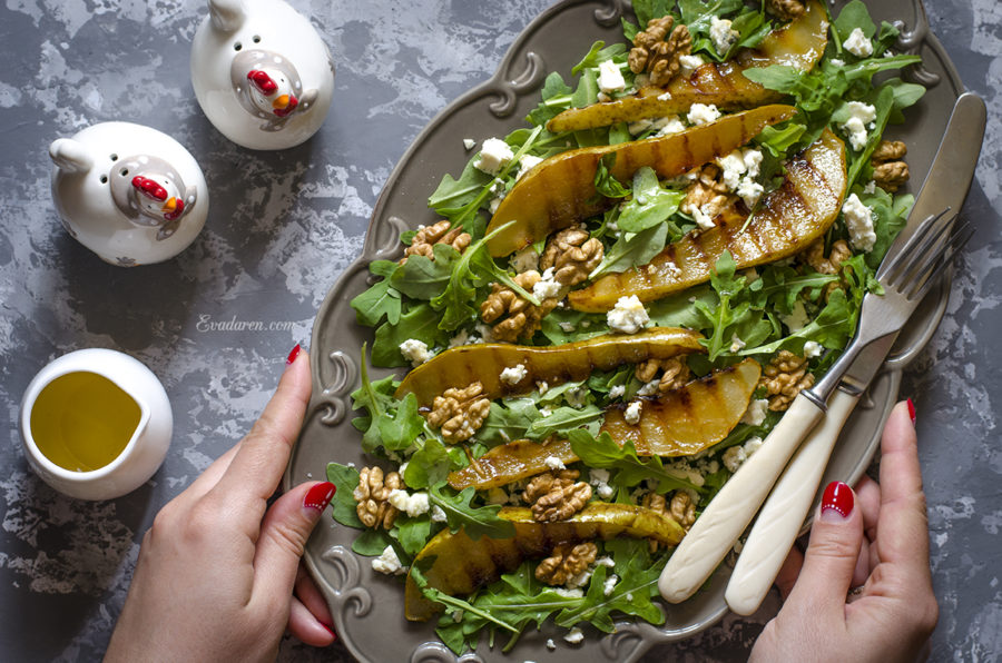 Салат с рукколой голубым сыром орехами и грушей гриль