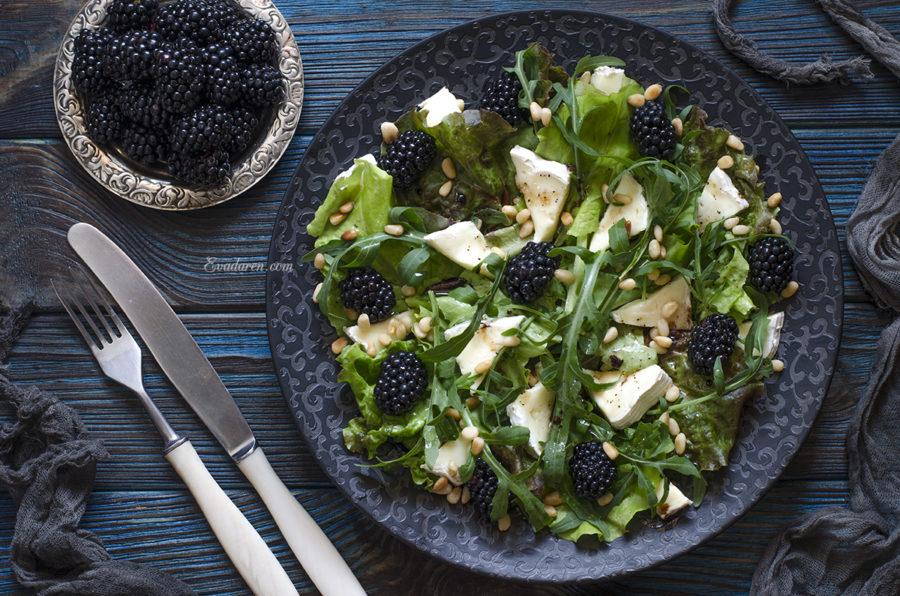 Салат с ежевикой и сыром бри