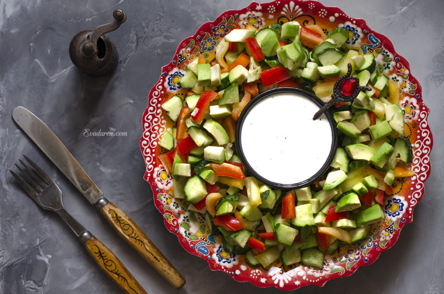 Овощной салат с йогуртовой заправкой с лимоном и мятой