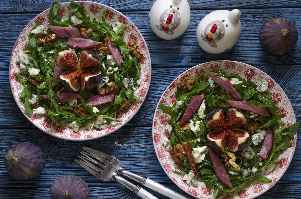 Салат с инжиром голубым сыром балыком и рукколой
