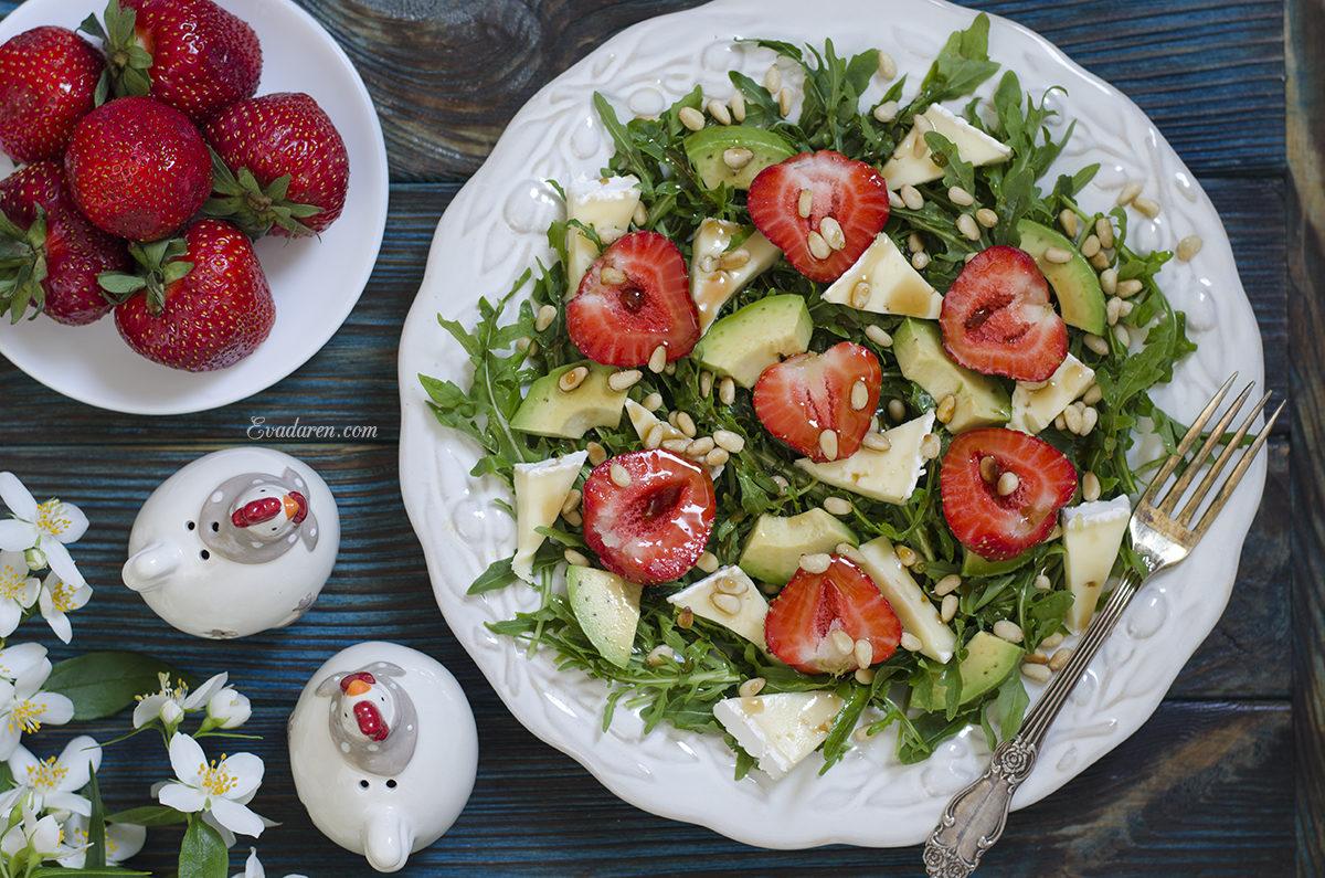 Салат с клубникой авокадо и сыром бри
