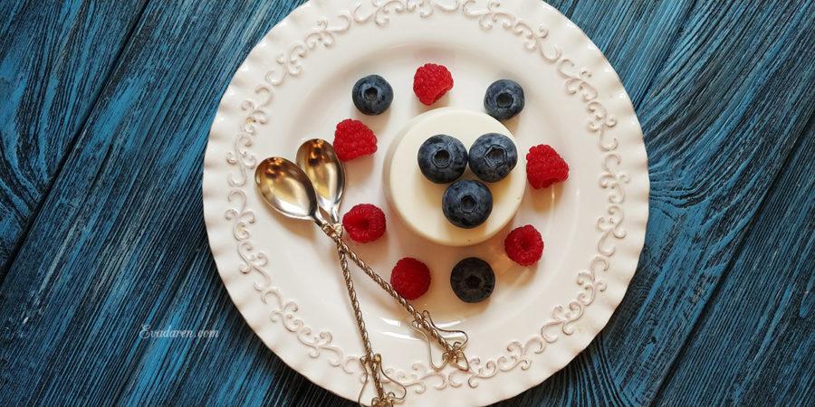 Творожный десерт с ягодами