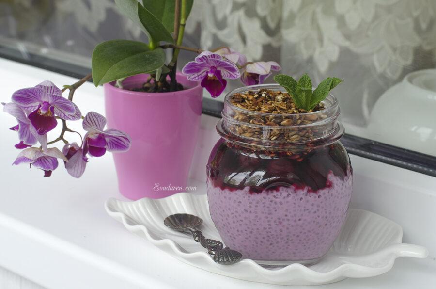 Чиа пудинг с асаи и гранолой