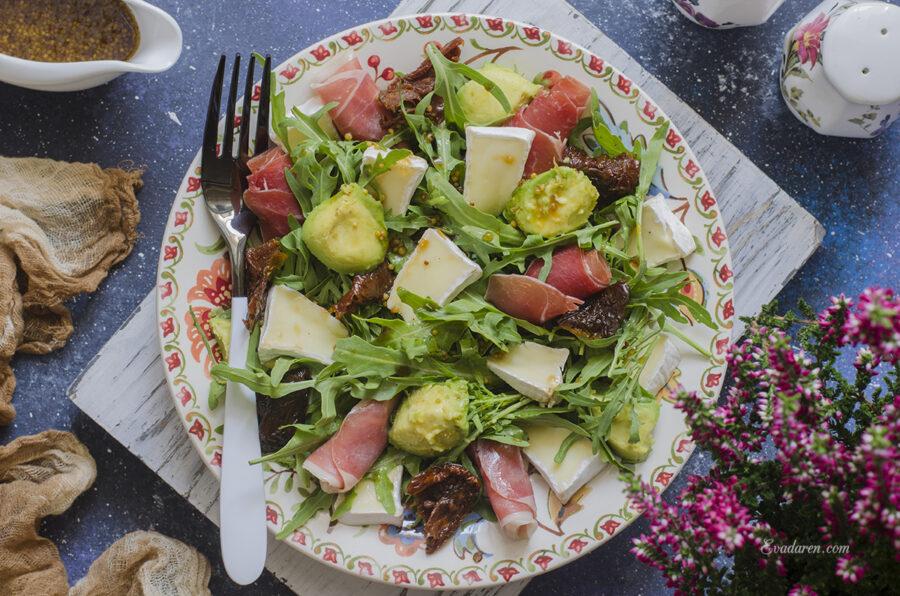 Салат с авокадо хамоном и вялеными томатами
