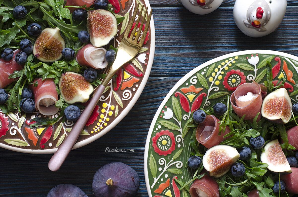 Салат с инжиром и рулетиками из хамона и крем сыра