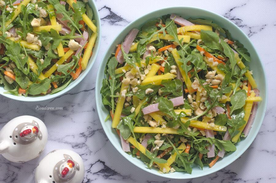 Салат с рукколой и манго