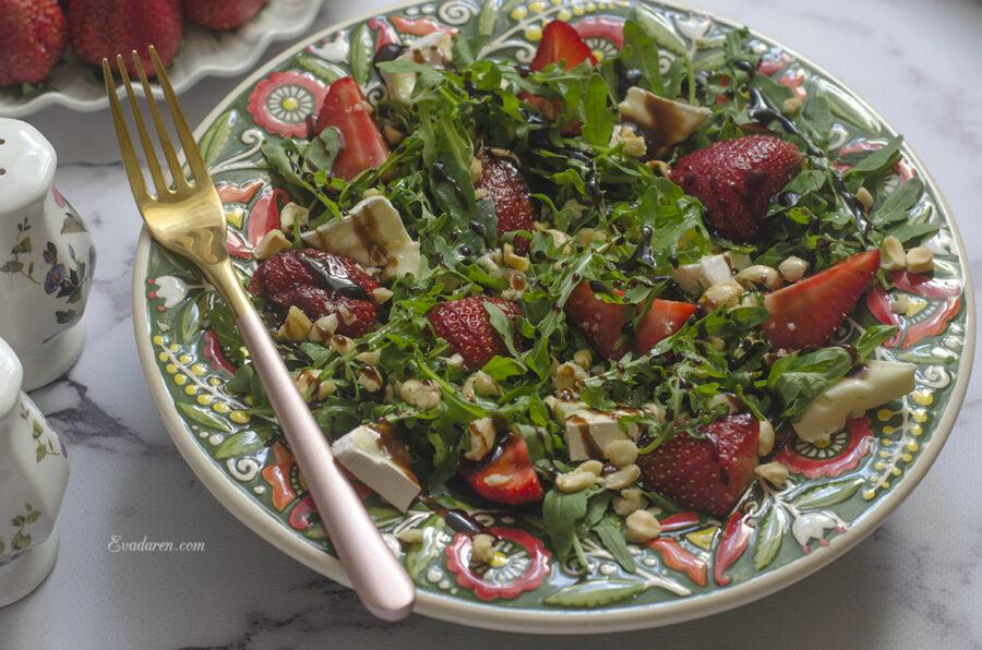 Салат с рукколой клубникой и сыром бри